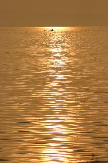 サロマ湖と漁船