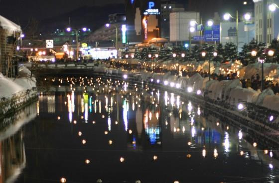 運河沿いを散策する大勢の観光客