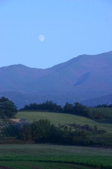 「知床半島に月は昇る」 斜里町にて撮影