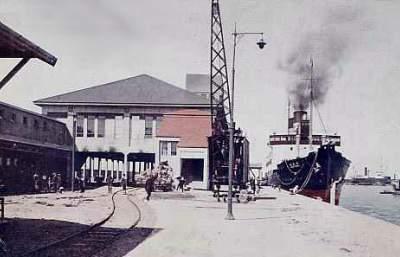 大泊港と直結する大泊港駅  樺太鉄道写真館様から引用