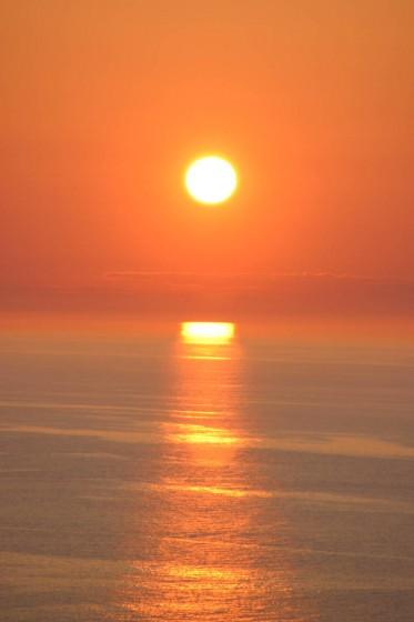 斜里町ウトロの海岸から見た夕陽2