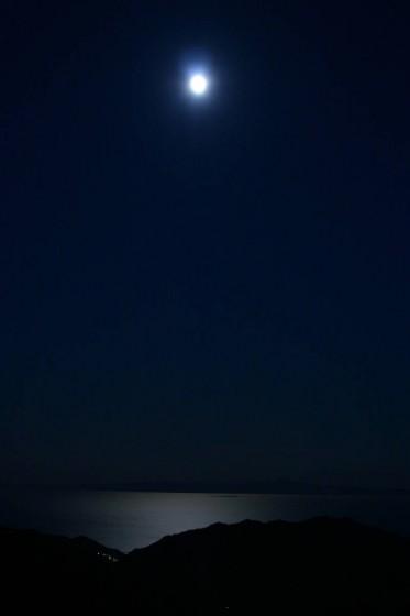 月の国後島・知床峠から夜の根室海峡を望む