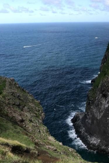 断崖絶壁の上から湾を覗く