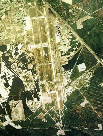 1975年の千歳空港の空中写真  Copyright © 国土画像情報(カラー空中写真) 国土交通省 Wikipediaより
