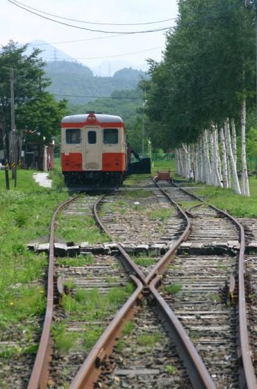 旧北見相生駅に遺された線路と余生を過ごす列車。2004年撮影。