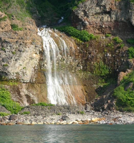 知床観光船から見たカムイワッカの滝(ズーム)